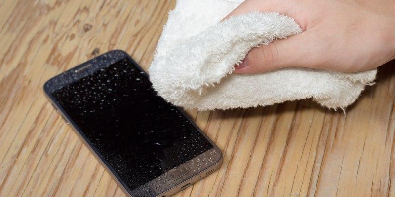 cómo arreglar un móvil mojado
